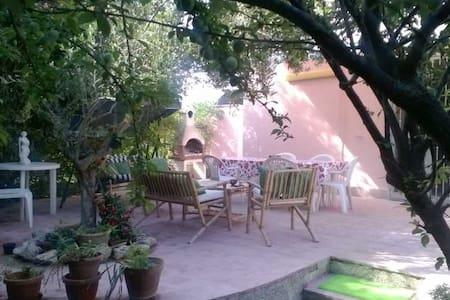 villa rosa indipendente con ampio giardino - Taranto - Huvila