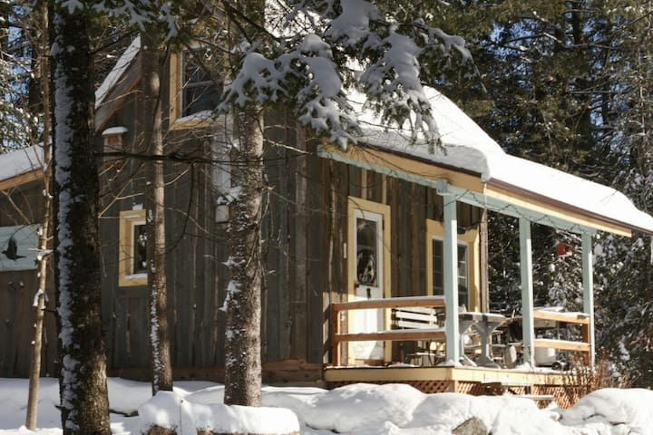 chalet rustique dans le bois**rustic cottage in the woods