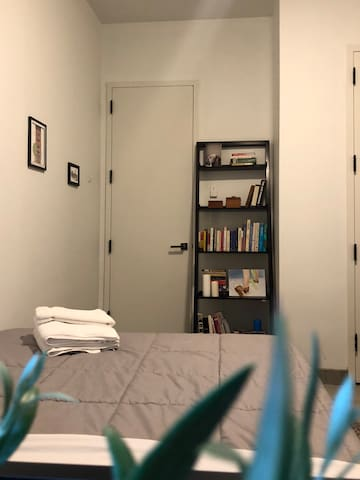 We always provide clean towels for guests, as well as a mini-library.