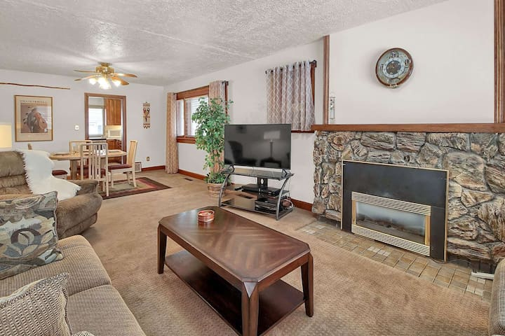 New Listing! 19 mi to Snow Basin/Powder Mtn, Close to Historic 25th Street & Downtown, Gas Fireplace