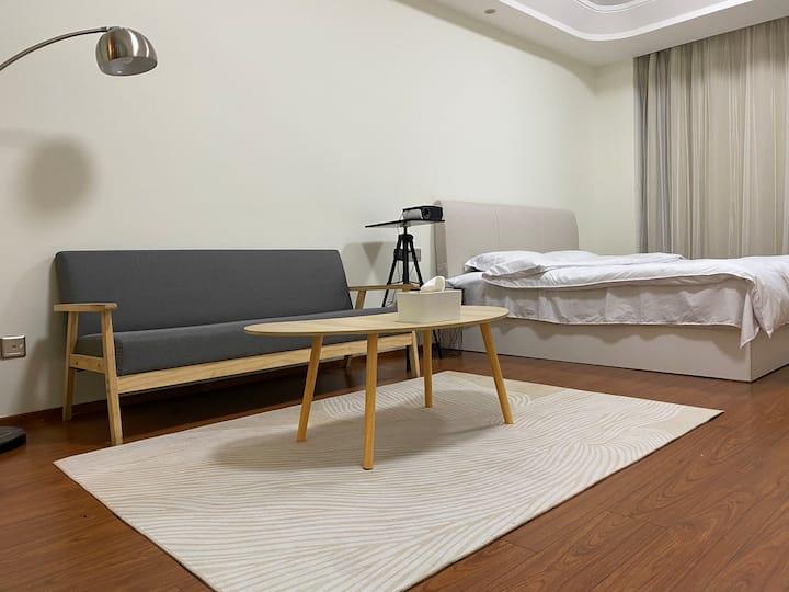 [桃子家]金华万达-简约原木风-百寸投影-希尔顿枕被-51平时尚公寓
