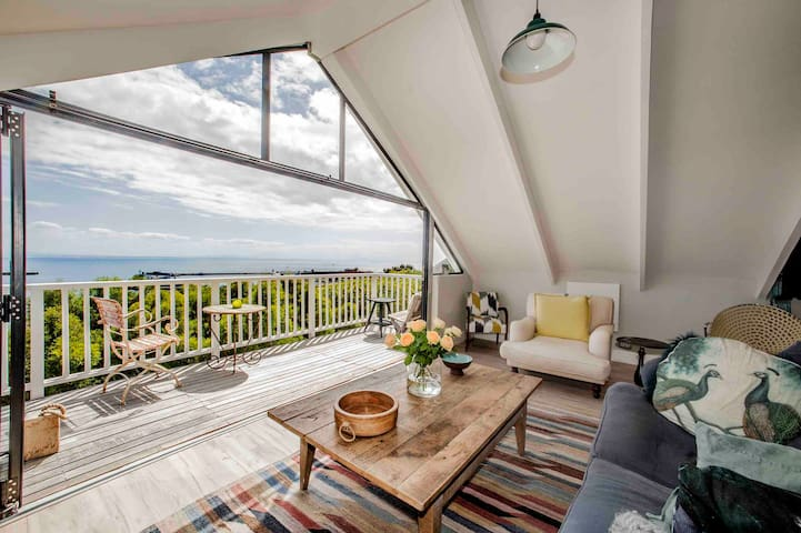 AMAZING artisan LOFT in SIMONSTOWN with sea views.