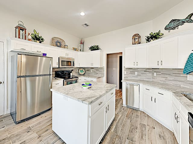 The chef in your group will appreciate the modern kitchen, equipped with a full suite of stainless steel appliances, including an ice maker.