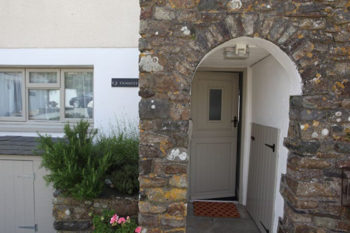 Ty Darren: Delightful apartment with sea views