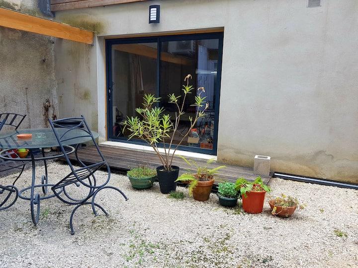 Charmant studio dans un patio intérieur