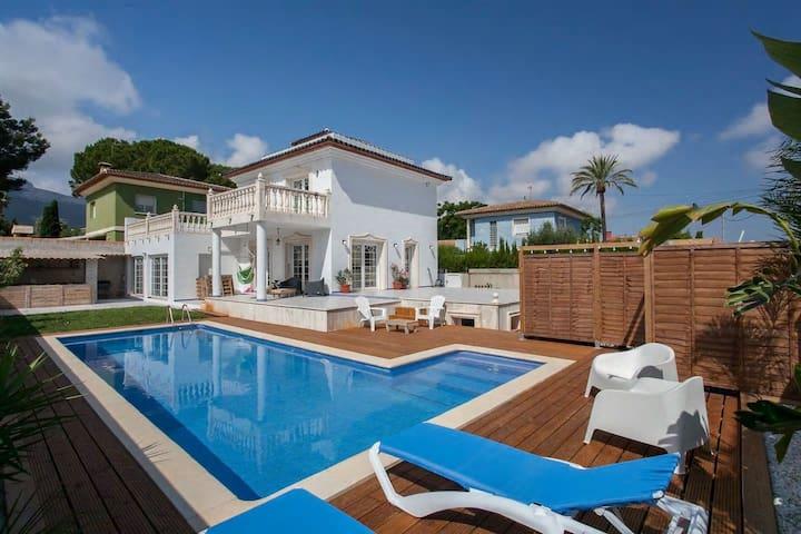 Spacious villa-5 mins walk to beach/Marina/center