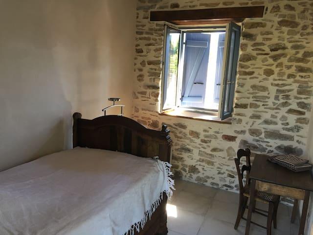 Chambre avec lit ancien 1,10m
