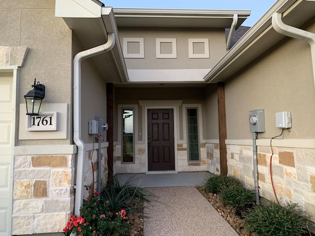 James'  Pet Friendly, 3BR townhome close to campus