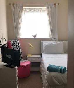 Quiet single room close to Cambridge/MK