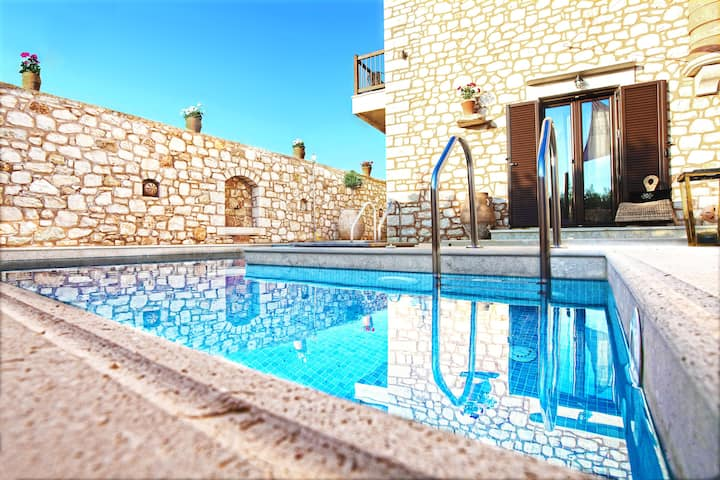 BIG DISCOUNT! Villa with pool close to the sea