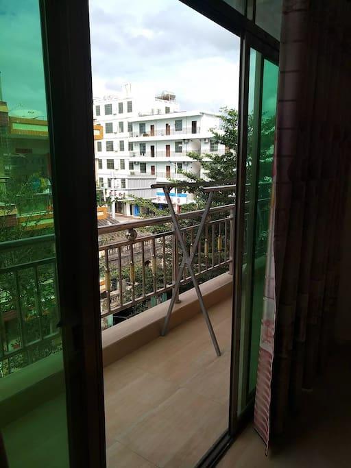 临街阳台,可以晾晒衣服,通风更好。视野宽阔。