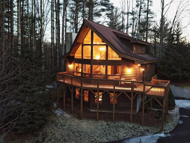 4BR Mountain Log Home Close to the River and Boone! Pool Table, Fireplace