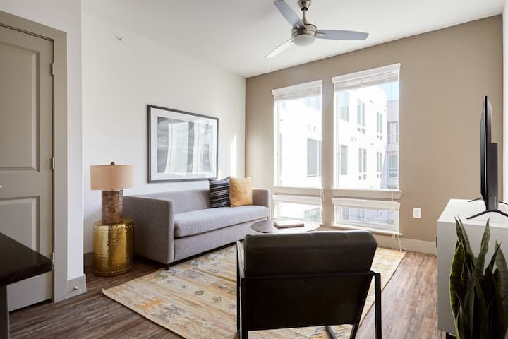Sonder *Weekly Discounts* 1BR Apartment + Pool at East 5th