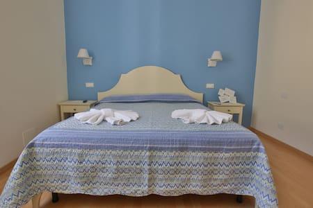Casalorei: camera blu. - Riomaggiore - Bed & Breakfast