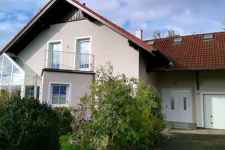 Villa mit blumigem Ambiente