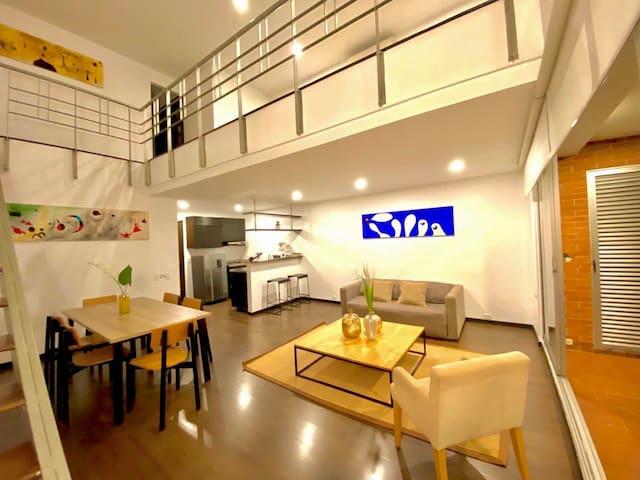 Espectacular apartamento tipo loft, con sofá cama doble, cocina integral, comedor y balcón.