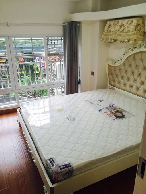 1米8大床 带独立阳台  宽敞舒适
