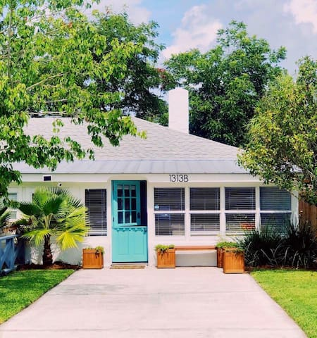 Seahorse Stables: walk to beach, fenced in yard