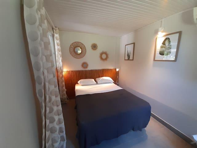 Chambre climatisée avec un lit 160x200