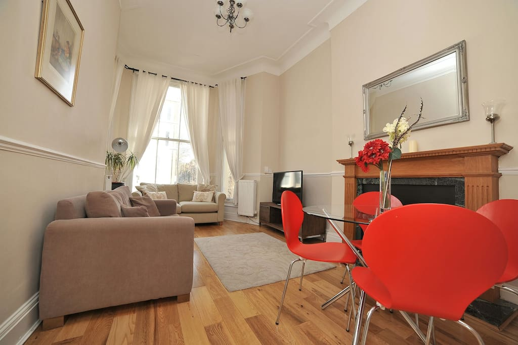 Newly refurbished 4 metres high large reception. South facing large windows.  Very bright apartment.