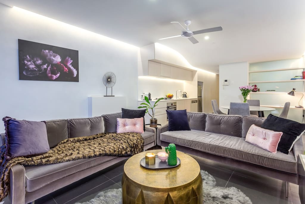 Relax in this sophisticated open plan lounge room. Open a bottle of wine and put on your favourite Netflix series while waiting on dinner to be delivered to your front door step and all while taking in the breath taking view from the super cosy lounge.