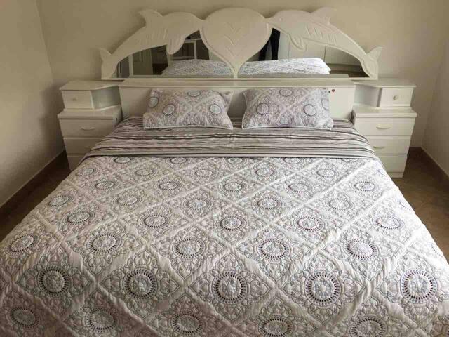 Dormitorio principal con cama King , closets , smart tv y baño incorporado .