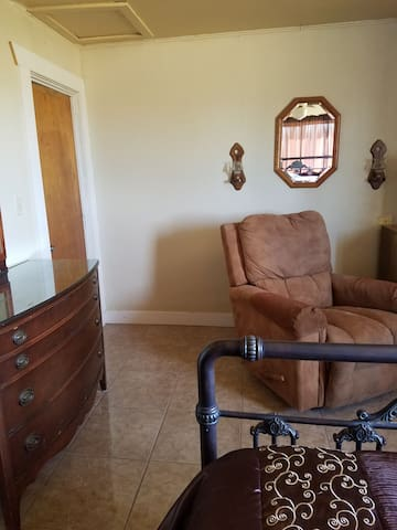PRIVATE ROOM IN BISBEE, QUIET, SAFE, PETS WELCOME