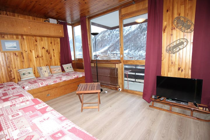 Studio with a South facing balcony with beautiful view on the montains and the village