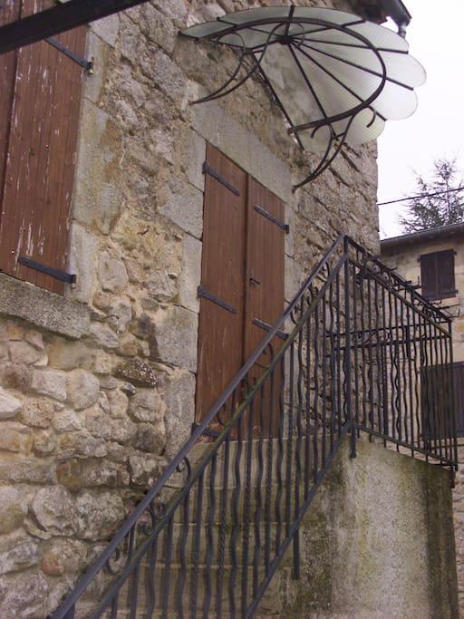 entrée privée sur parking pour logement privatif sur 2 niveaux face au jardin clos