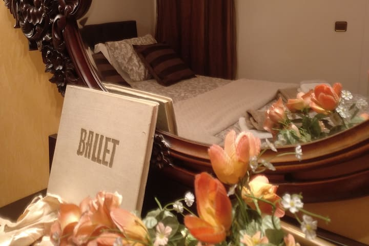Ballet dancer Private room with ensuite bathroom