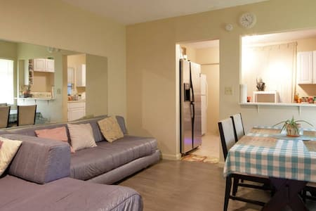 Spacious room, clean, fresh paint - Hollywood