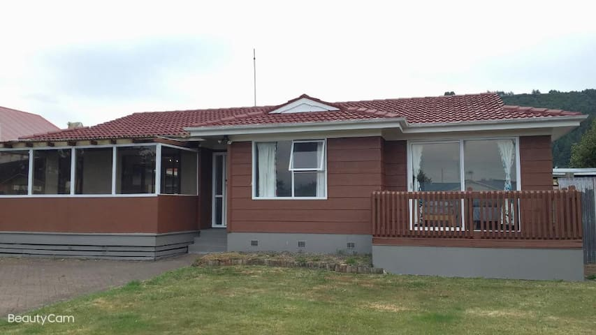 6 Chapman Place - Serviced 3 Bedrooms House