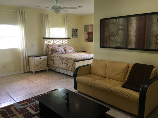 Charming and convenient suite near WPB downtown
