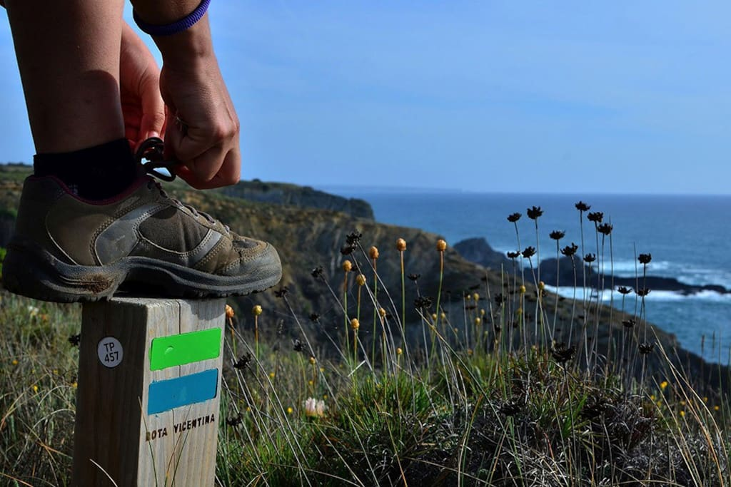 Siga esta marcas, está no Trilho dos Pescadores. // Follow these route markers, you right on the Fishermen's Trail.
