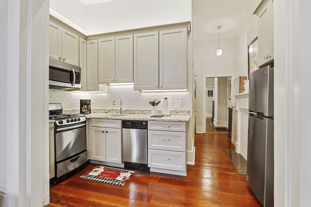 Fully equipped kitchen - dishwasher, microwave, fridge, oven, stovetop, coffeemaker (coffee, creamer and sugar provided).