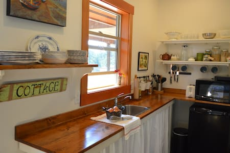 The Roost B&B private studio suite close to Ganges - Salt Spring Island - Bed & Breakfast