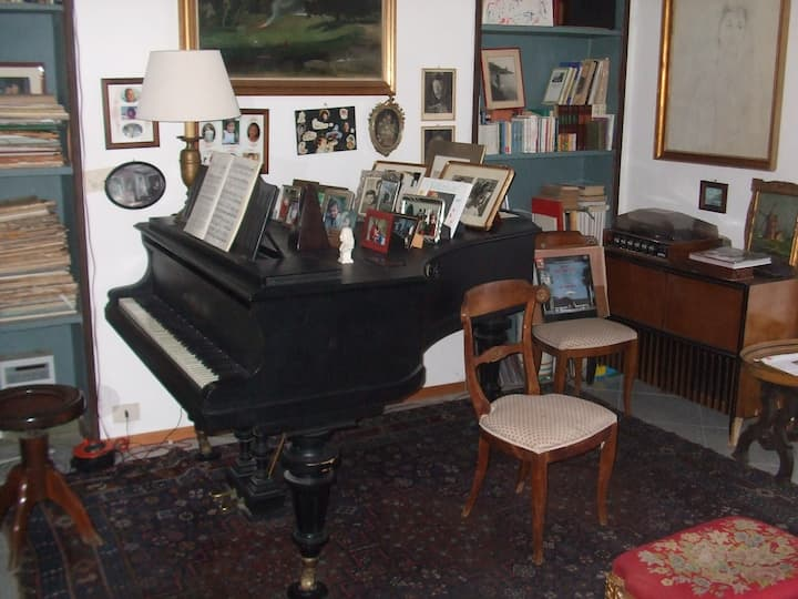 House of the pianos and things