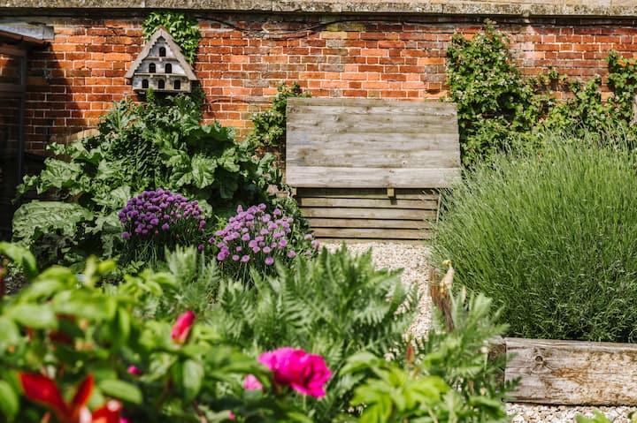 The Hideaway - in stunning Victorian walled garden