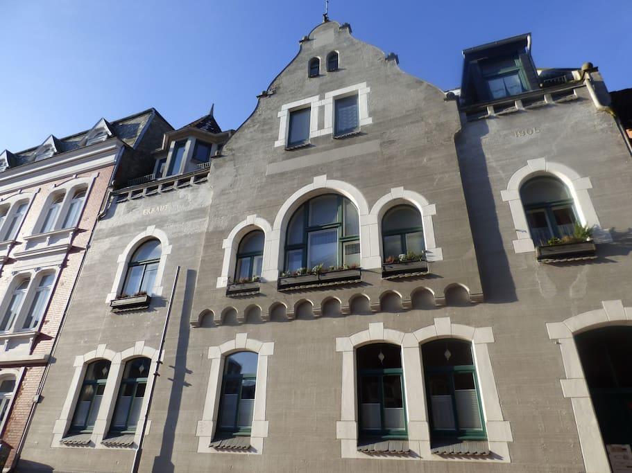 Die Wohnung befindet sich im Erdgeschoss der Stadtvilla