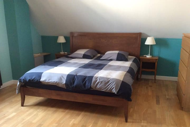 Chambre spacieuse/lit King size 2mn A6/5mn Auxerre
