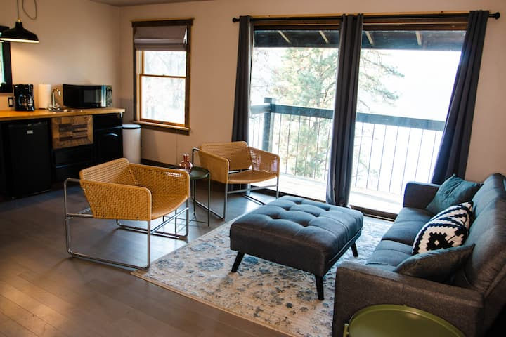 Zephyr Lodge Suites- Apartments in the Woods
