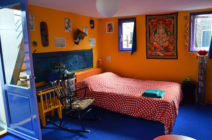 Centre - Rooftop Terrace & Unique Colorful Room
