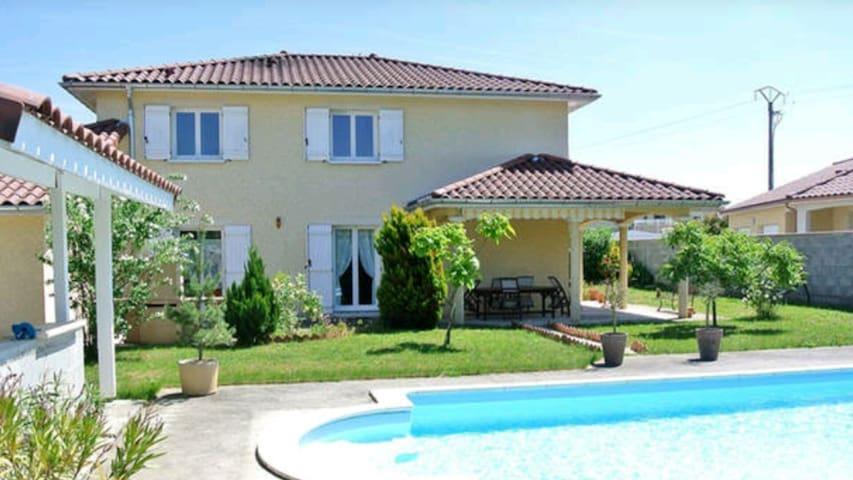 Superbe villa proche aéroport - Janneyrias, France - Hus