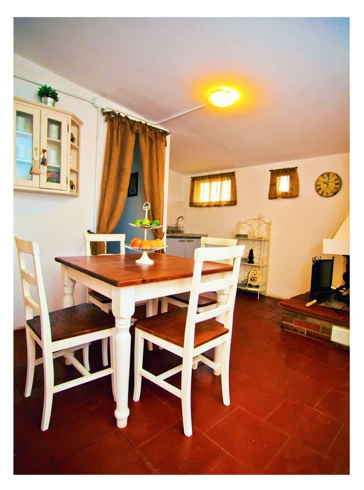Zono giorno con sala e cucina attrezzata e cominetto e tv