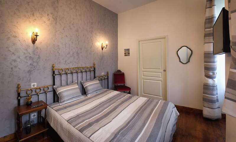 Les Marmottes-Double room-Ensuite with Shower-Basic-Garden View