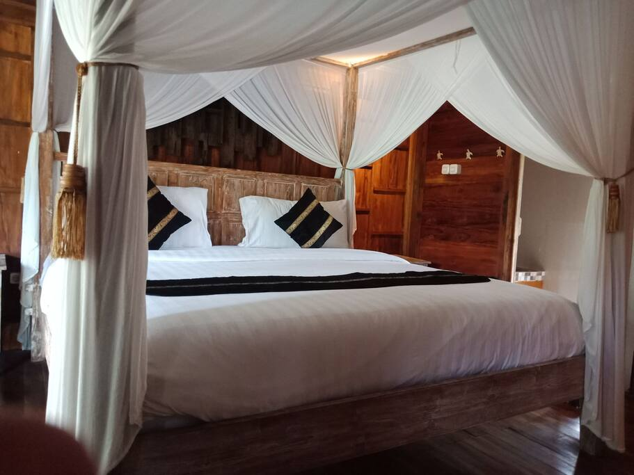 The guest can choose between living in the room with king size single bed or 2 single beds. This is the picture of the room with the king size bed