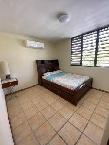 """Esta es una cama tamaño """"full"""". Debajo de ella se encuentra una cama corrediza tamaño """"twin""""."""