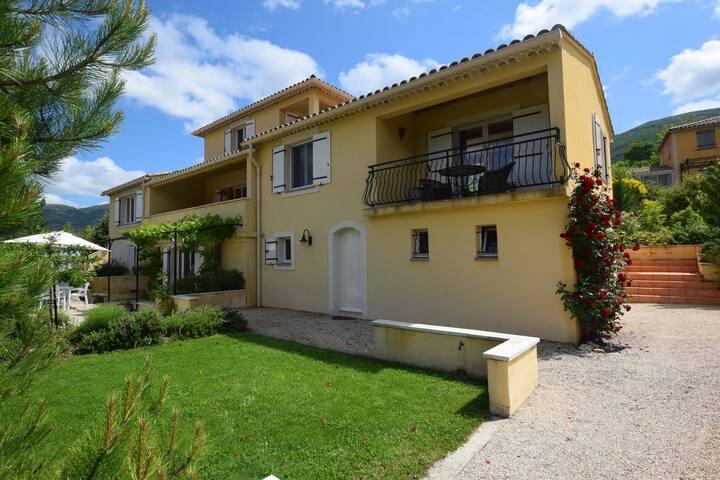 Bel appartement à Montbrun-les-Bains avec balcon