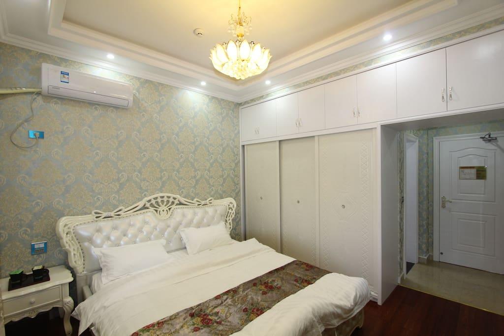 欧式公主大床间,1.8米双人床,有窗有空调,独立卫浴,免费100兆光纤上网