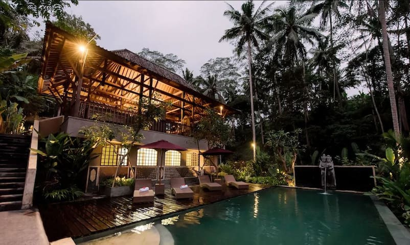 Peaceful Tropical Wooden Villa In Ubud